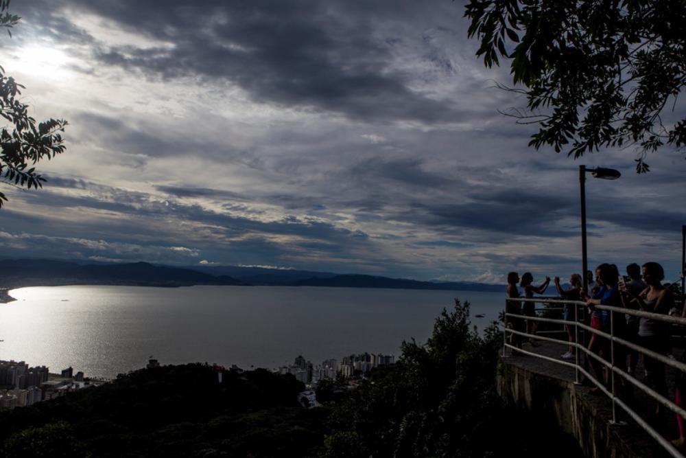 Céu encoberto e chuva continuam até a quarta-feira - Flávio Tin/ND