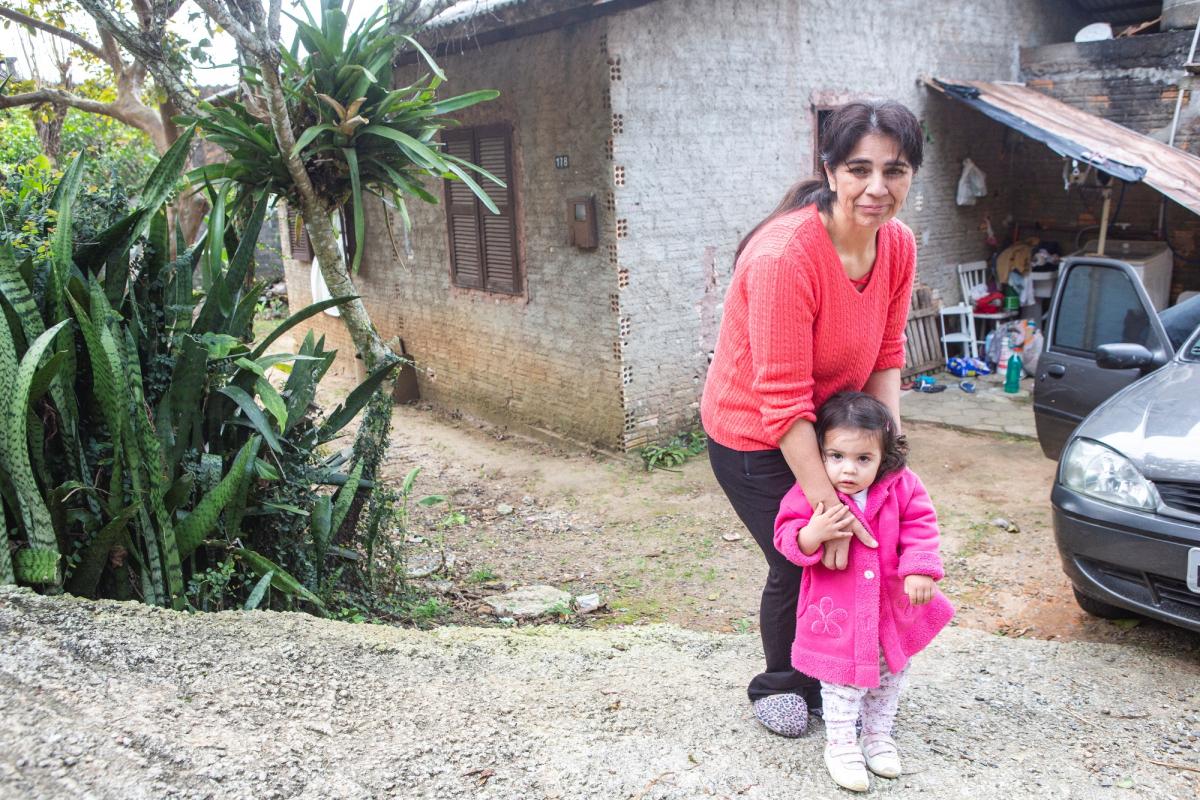Rosana Ribeiro aguarda há um ano e meio vaga em creche para a filha Giovana - Daniel Queiroz/ND