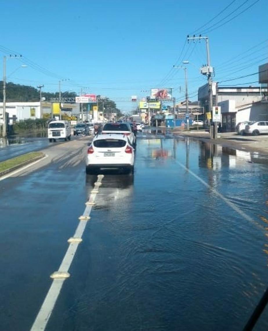 A SC-405, no Rio Tavares, Sul da Ilha, ficou alagada durante a tarde - Reprodução/Pista Limpa