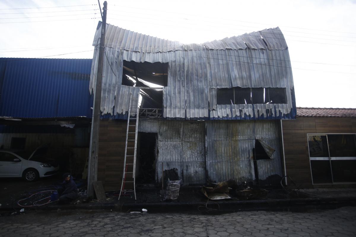 Fogo começou na madruga e Corpo de Bombeiros trabalhou no rescaldo até o período da manhã - Daniel Queiroz/ND