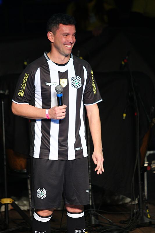 Ídolo Fernandes vestido com a nova camiseta do Figueirense - Vinicius Nunes/FFC
