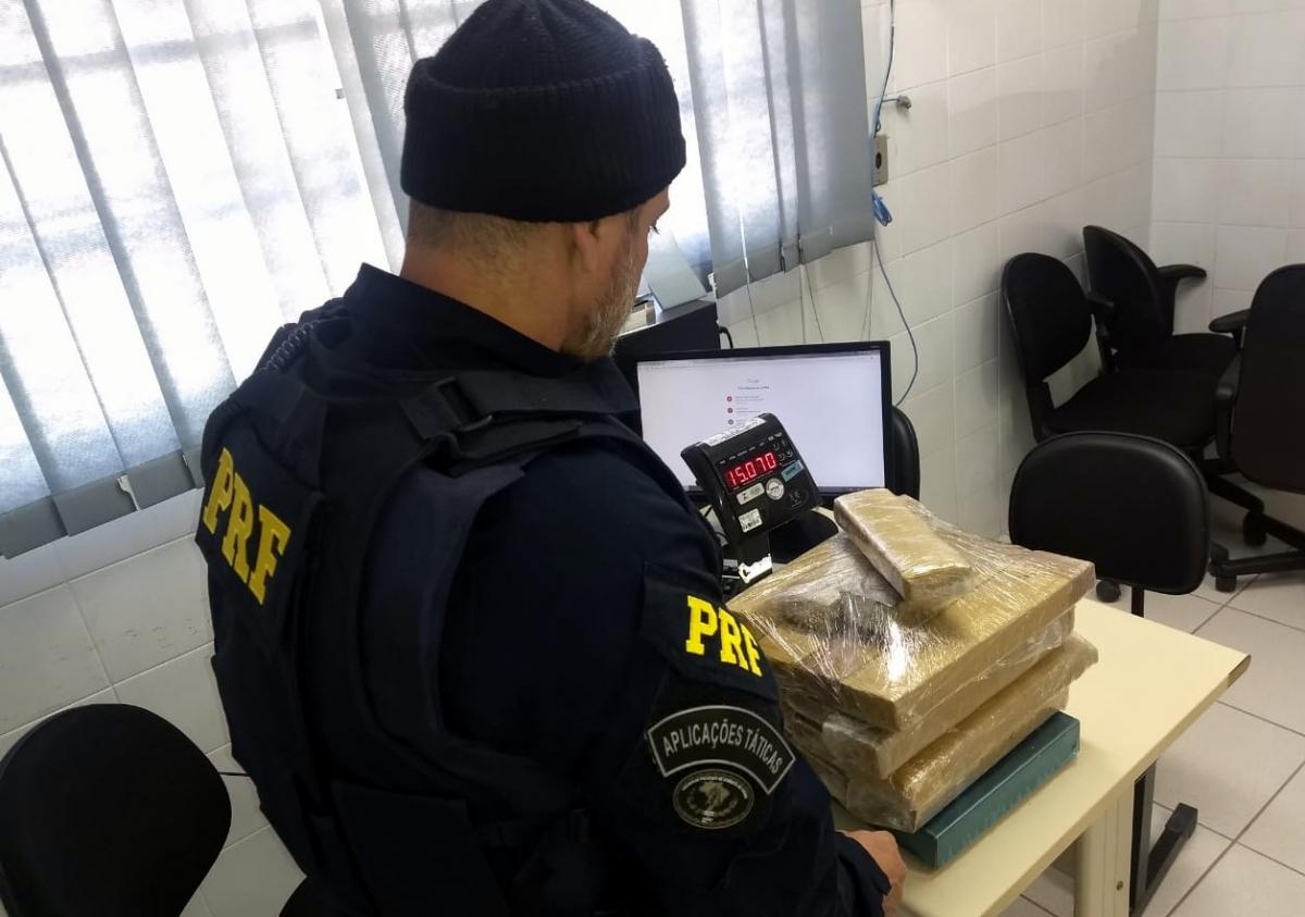 Policiais encontraram 16 tabletes de maconha em uma mala de viagem que estava no veículo - PRF/Divulgação/ND