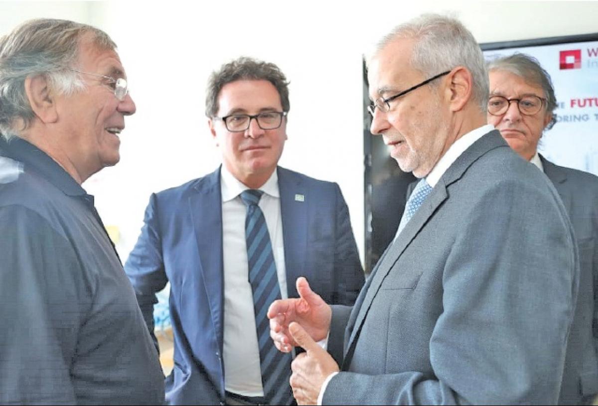 Vinicius Lummertz (ao centro) e Carlos Paranhos (à dir), durante encontro com a Missão Catarinense - Embratur/Divulgação/ND