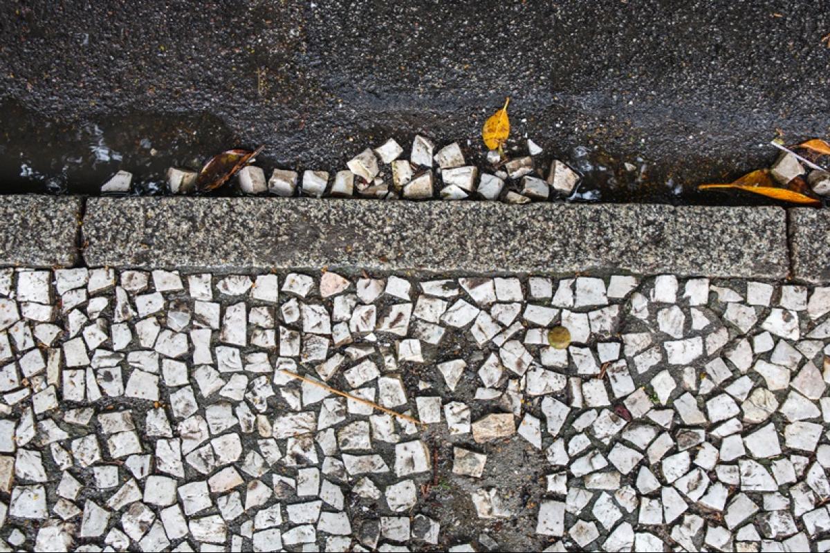 Buracos e pedras soltas no Largo da Catedral  - Daniel Queiroz/ND