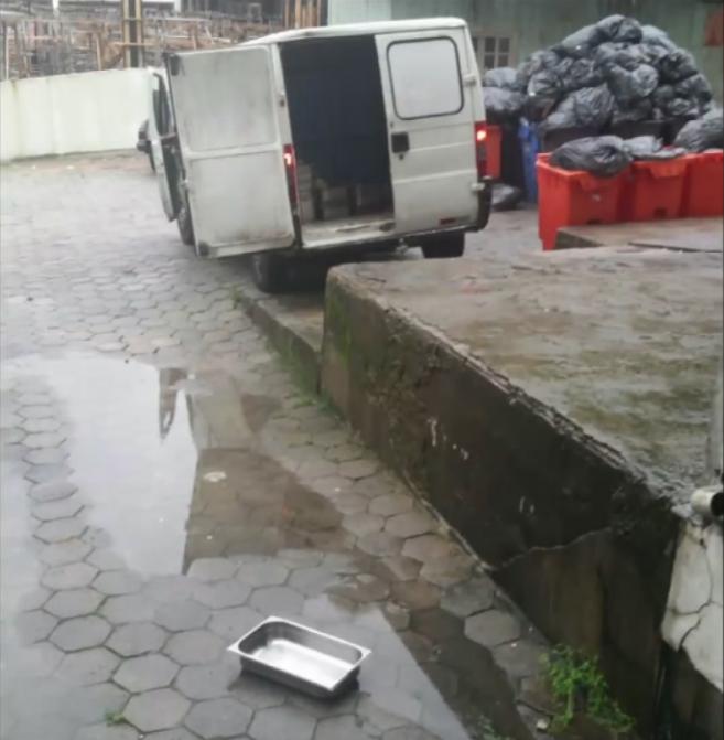Refeições entram no Hospital Governador Celso Ramos pelo mesmo local por onde o lixo hospitalar é retirado - Reprodução/RICTV