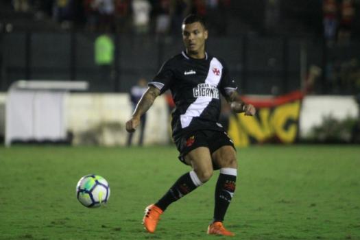 Confira a seguir a galeria especial do LANCE! com imagens de Ramon com a camisa do Vasco - (Foto: Paulo Fernandes/Vasco.com.br)