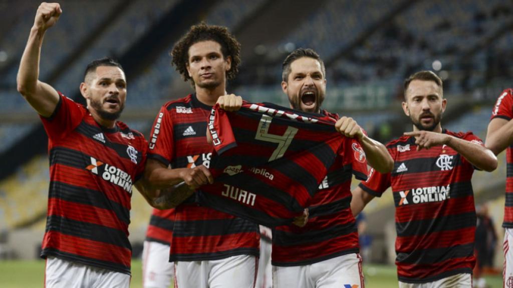 Diego com a blusa de Juan na comemoração do segundo gol do Flamengo (Foto: Celso Pupo/Fotoarena)