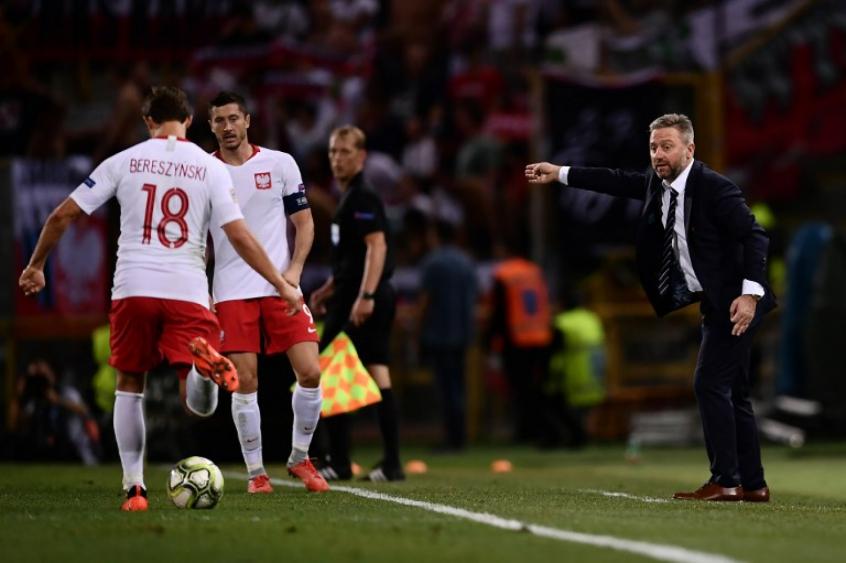 Treinador polonês foi personagem da partida com sua atitude fora de campo (Foto: AFP)