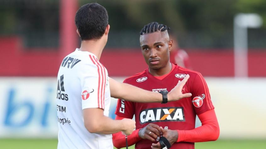 Barbieri orienta Vitinho durante atividade no Ninho: atacante busca sequência (Crédito: Gilvan de Souza/Flamengo)