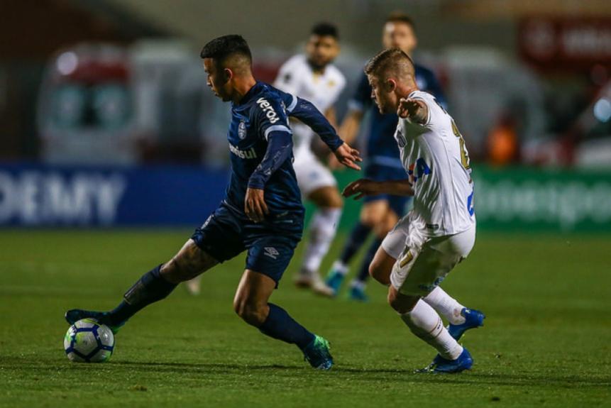Santos empatou em 0 a 0 contra o Grêmio, na noite desta quinta-feira, no Pacaembu, pela 23ª rodada do Campeonato Brasileiro. Robson Bambu foi o destaque do Peixe contra o Tricolor. - LUCAS UEBEL/GREMIO FBPA