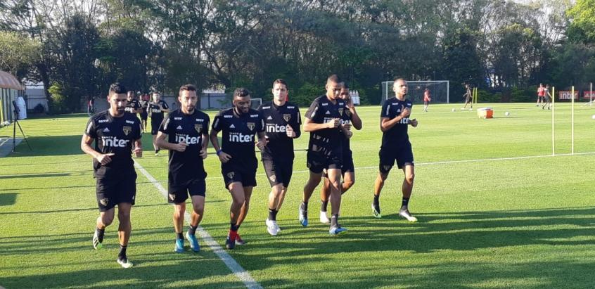 Jogadores que enfrentaram o Atlético-MG, na última quarta, correram em volta do campo (Yago Rudá)
