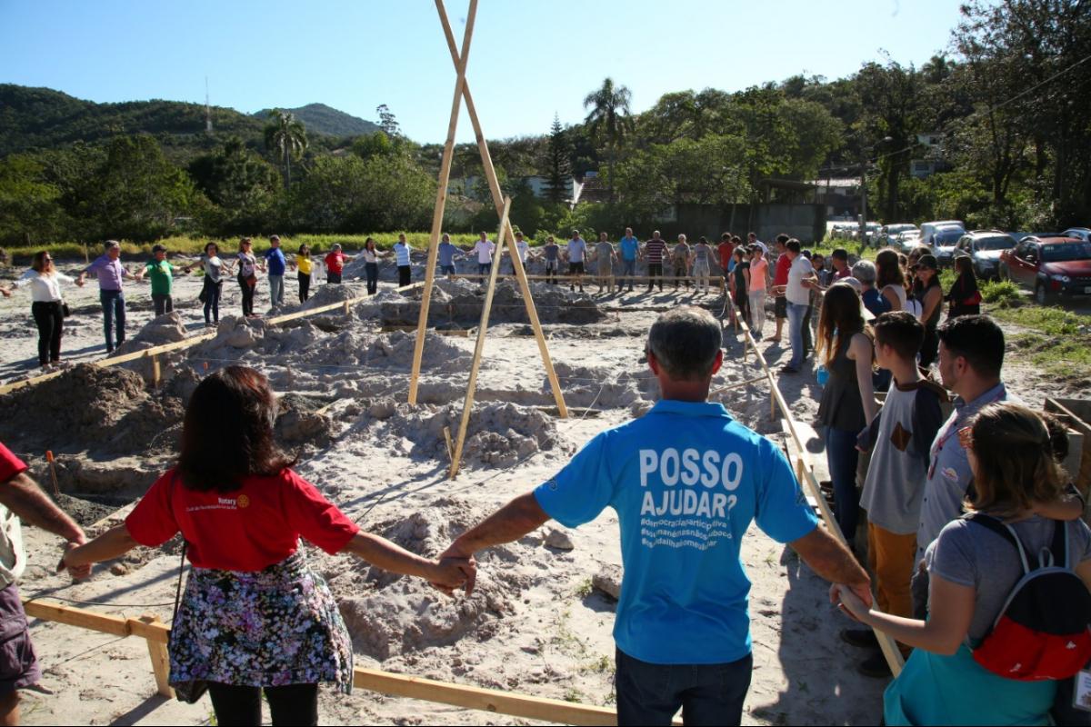 Abraço coletivo marcou o início das obras no local - PMF/Divulgação