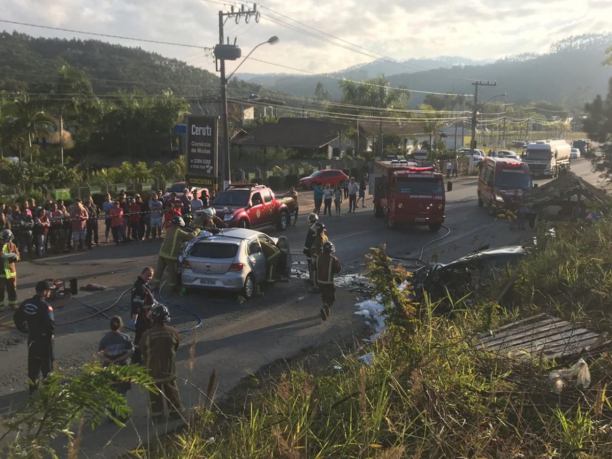 Acidente ocorreu no km 96,6 da BR-470, por volta das 6h45 deste sábado - Arcanjo 03/Divulgação/ND