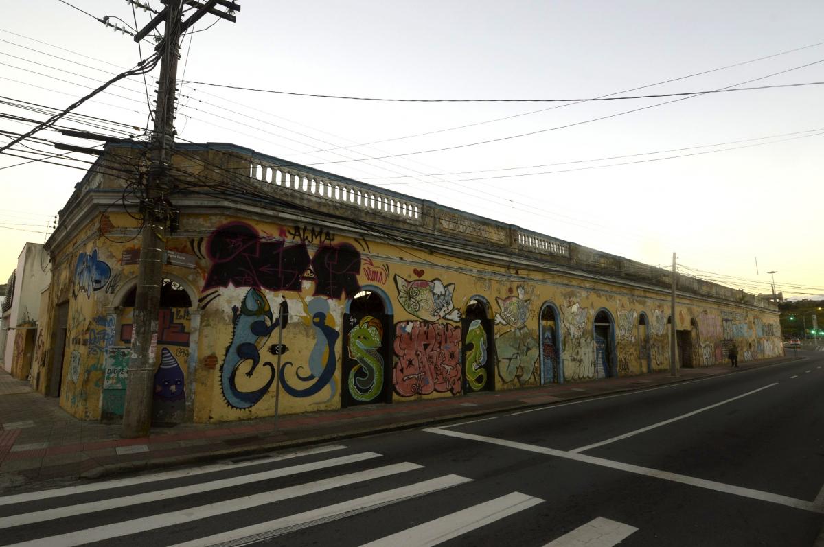 Rua Padre Roma, paredes de edificação que integrou o conjunto arquitetônico do porto de Florianópolis - Milton Muniz/Divulgação/ND