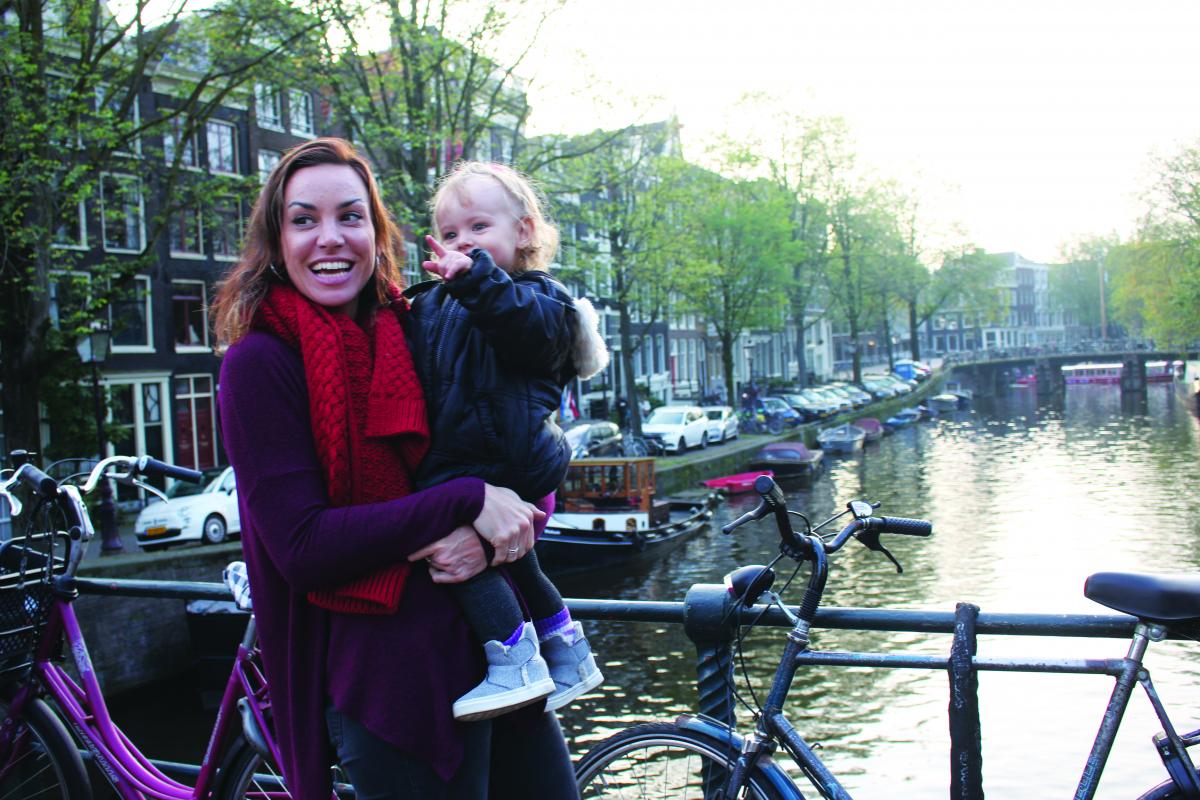Karina agora viaja em companhia da filha Melory. Nesta foto estão em Amsterdã - Acervo Pessoal/Divulgação/ND