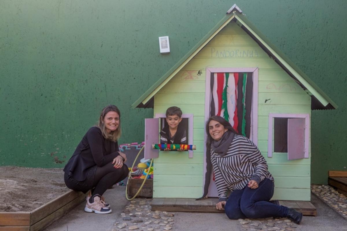 Camila Vione (à esq.) e Fernanda Araújo, com o filho Davi, são as sócias do Conexão Pandora - Flávio Tin/ND
