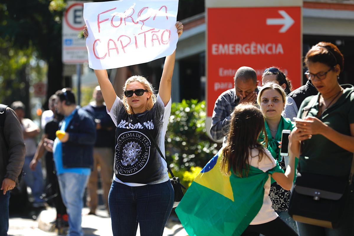 Apoiadores de Bolsonaro se concentram em frente ao hospital em SP - Marcelo Chello/CJPress/Folhapress