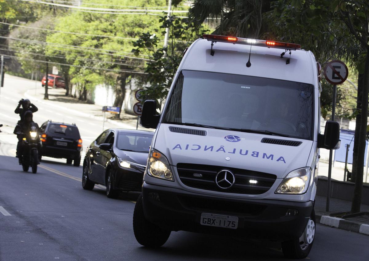 Ambulâcia com Jair Bolsonaro chega ao Hospital Israelita Albert Eisntein, na zona sul da capital paulista - Bruno Rocha/Fotoarena/Folhapress