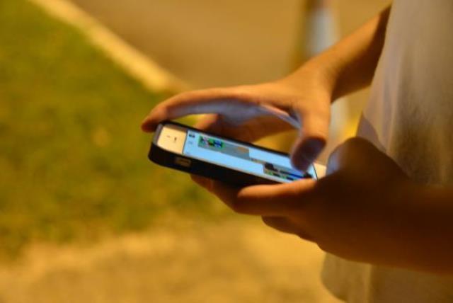 Pesquisa aponta que a maioria dos jovens das classes D e E acessa internet apenas pelo celular - Valter Campanato/Agência Brasil
