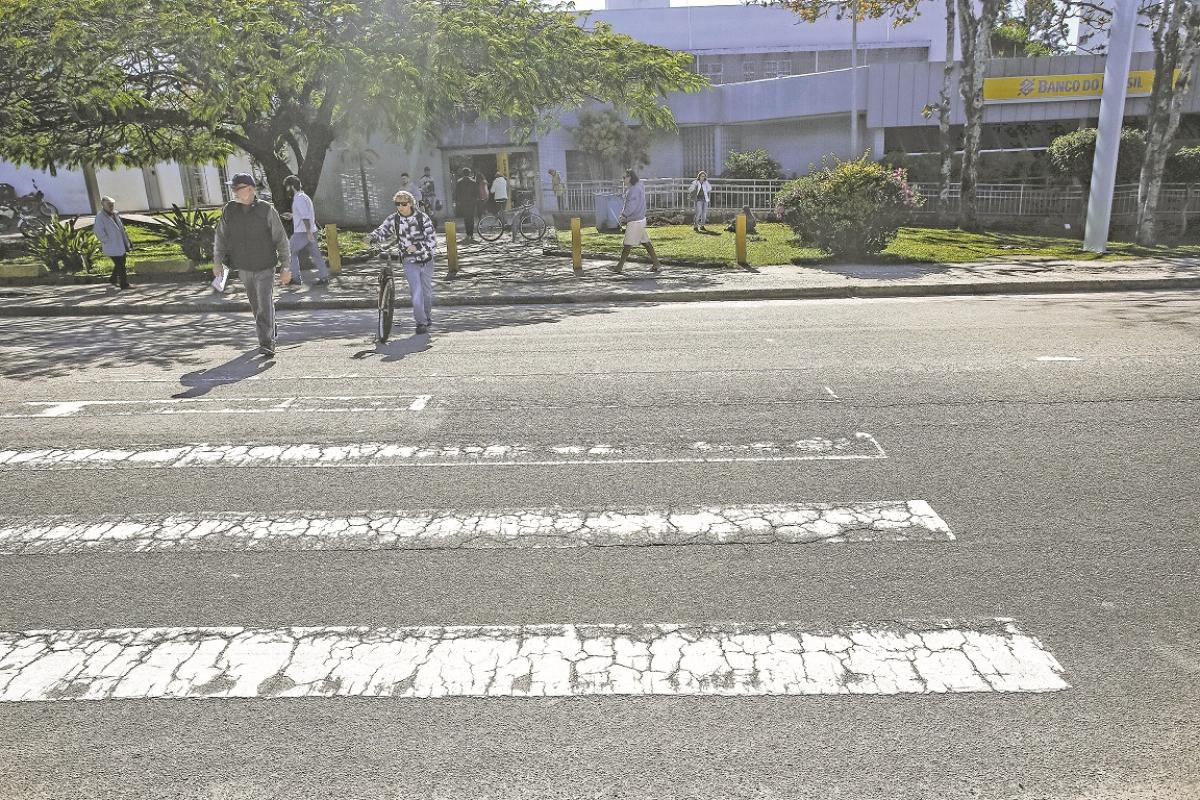 Faixas de pedestres em bairros de Florianópolis estão apagadas e geram perigos - Daniel Queiroz/ND