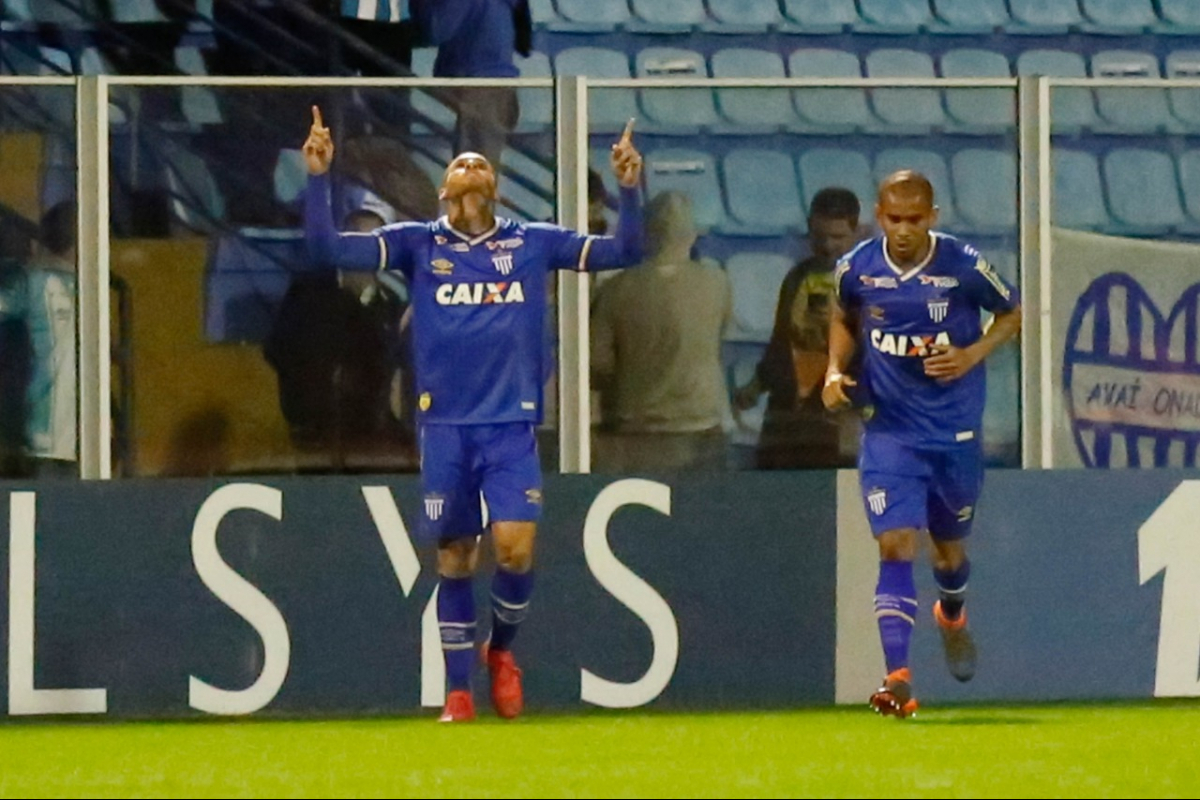 Pedro Castro (mãos para o alto), comemora o gol do Avaí sobre o CRB - Fernando Remor/Ofotográfico/Folhapress