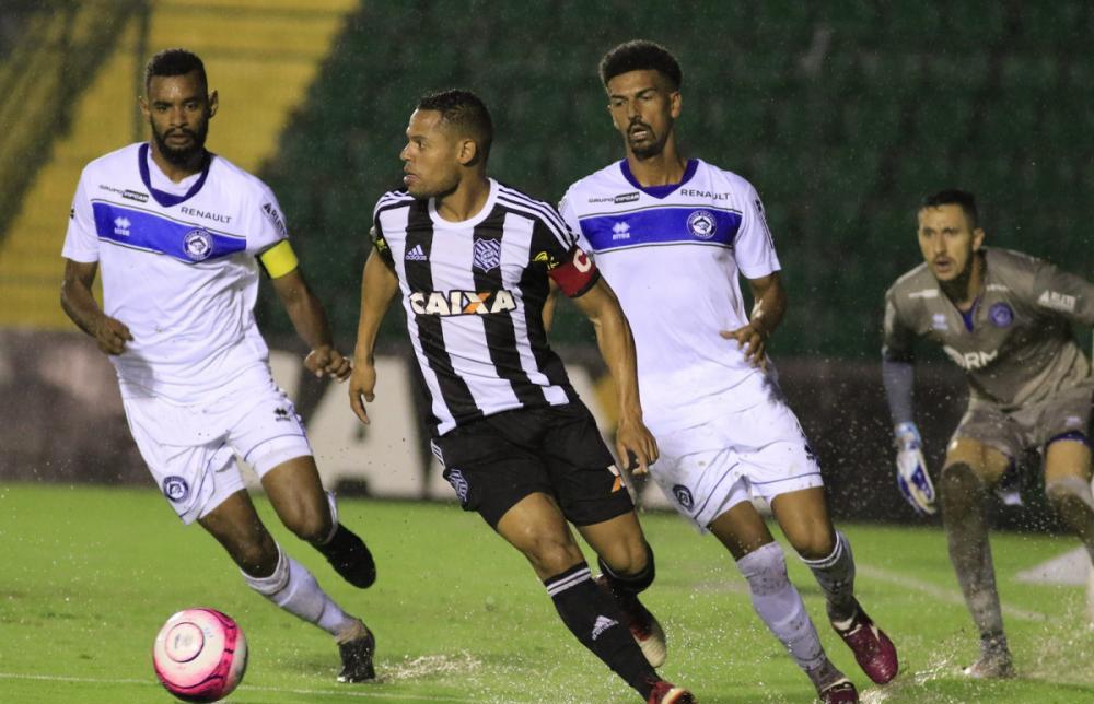 João Paulo (com a bola) em jogo contra o Tubarão - Luiz Henrique/Figueirense FC/divulgação