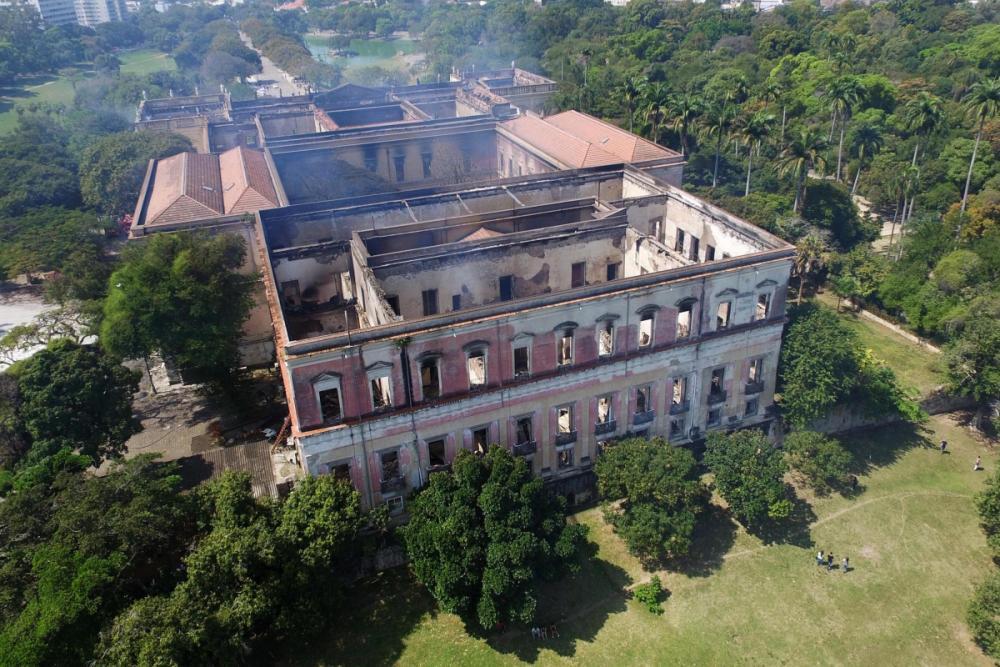 Bombeiros controlaram incêndio no Museu Nacional por volta das 2h da madrugada desta segunda-feira - Dhavid Normando/Futura Press/Folhapress