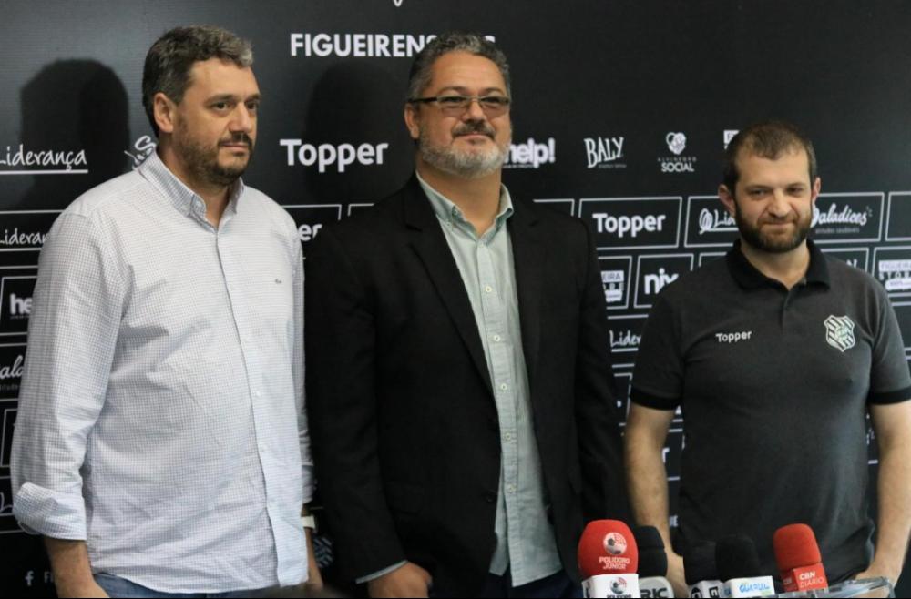Rogério Micale, entre o presidente Vernalha (à dir.) e o diretor de futebol Felipe Faro - Rodrigo Polidoro/Mix Mídia/divulgação