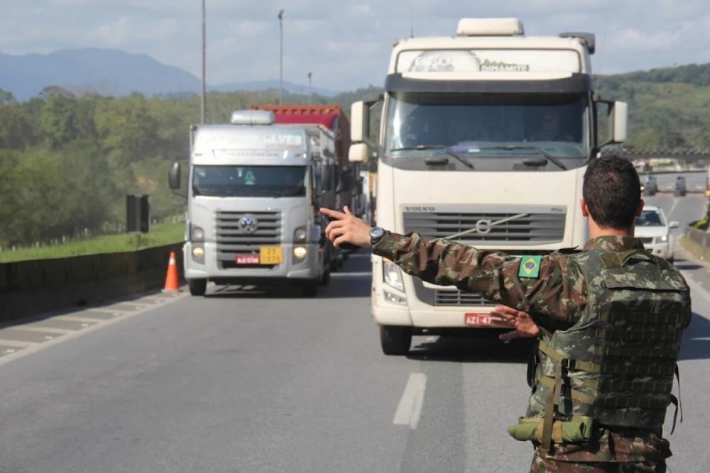 Greve dos caminhoneiros: PRF, Exército Brasileiro e PMS - 14ª Brigada de Infantaria/Divulgação/ND
