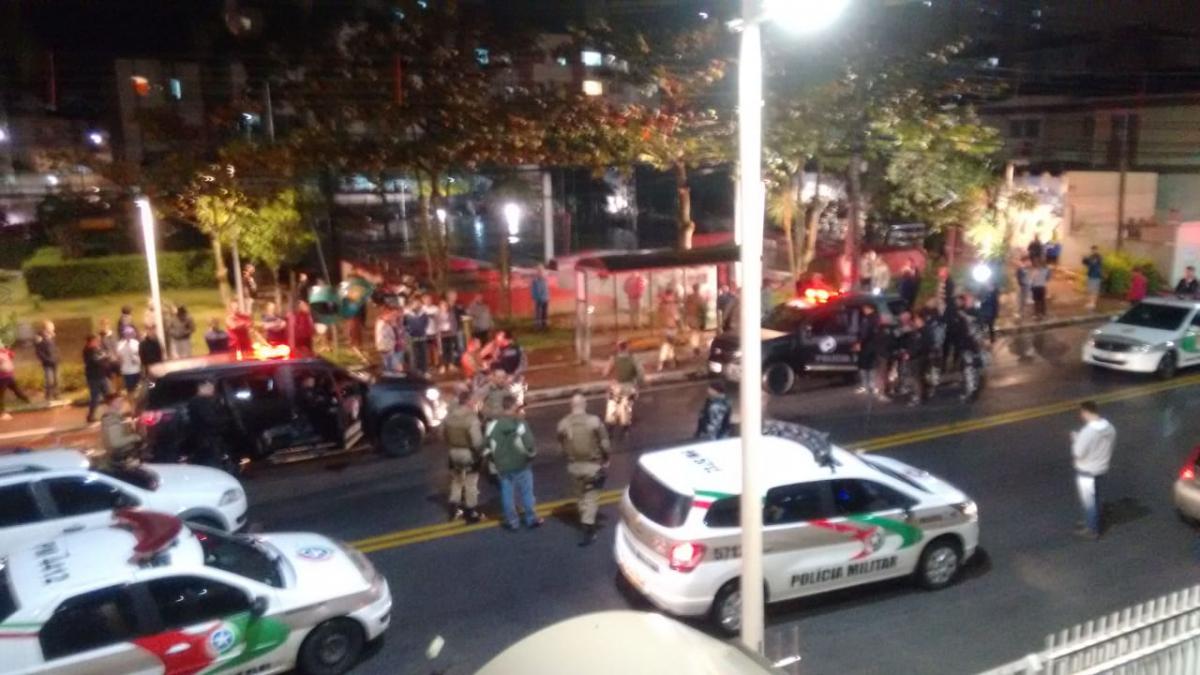 Um dos assaltantes morreu e outro conseguiu fugir em ocorrência no bairro Floresta, em São José, na noite desta terça - Polícia Militar/Divulgação/ND