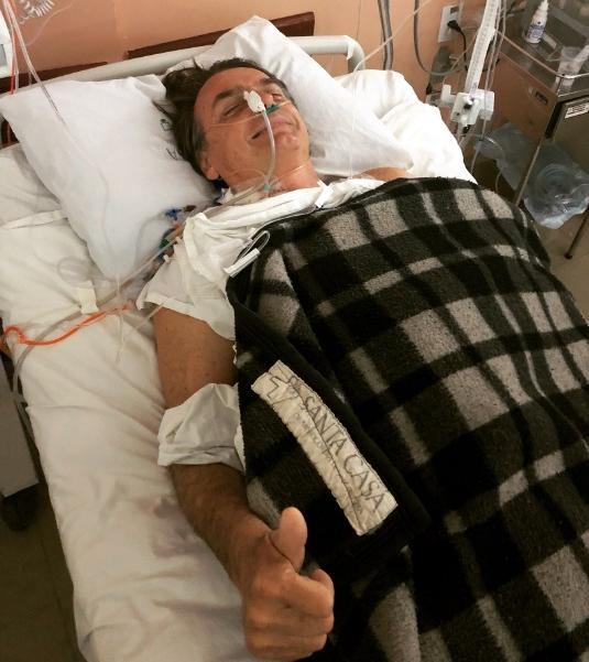 Filho do candidato, Flávio Bolsonaro postou foto do pai no hospital - @FlavioBolsonaro/Twitter/Reprodução