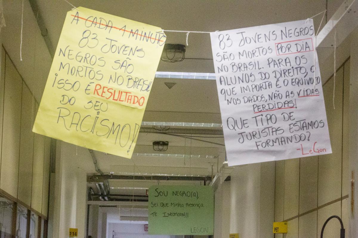 Cartazes com palavras de protestos estão espalhados nos corredores do CCJ - Flávio Tin/ND