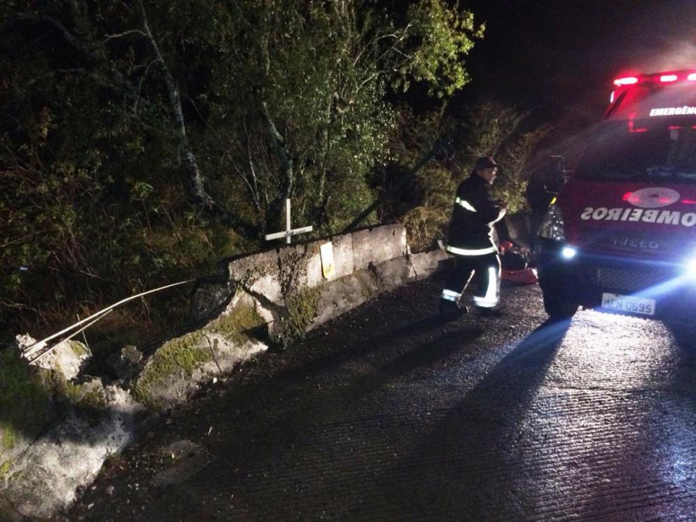 Caminhão rompeu mureta de segurança e despencou em uma ribanceira na Serra do Rio do Rastro - Bombeiros/Divulgação/ND