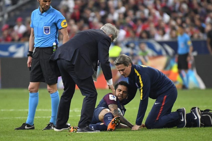Daniel Alves tem lesão no ligamento, mas não vai passar por cirurgia e deve ir a Copa (Foto: Damien Meyer/AFP) -