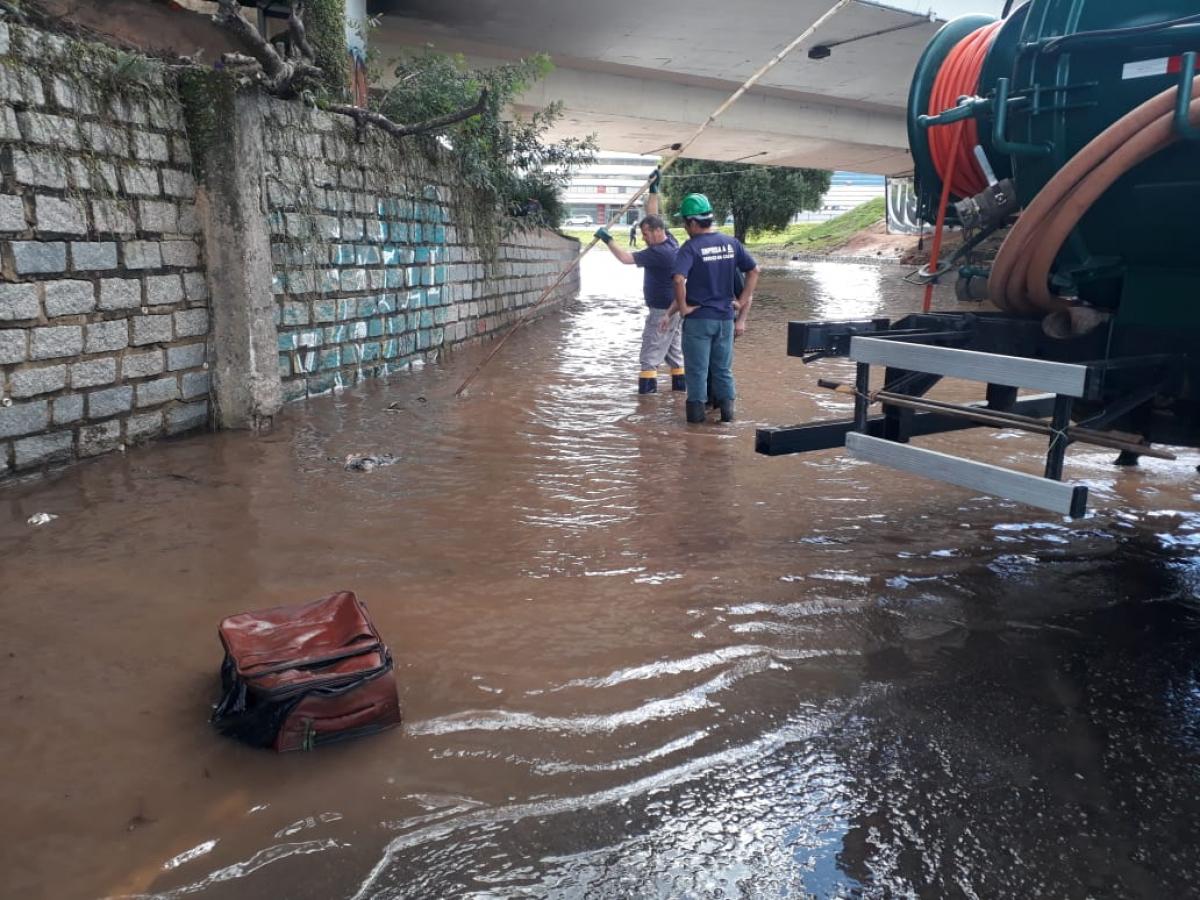 Equipes fazem drenagem da água embaixo do viaduto da avenida Ivo Silveira - PMF/Divulgação/ND