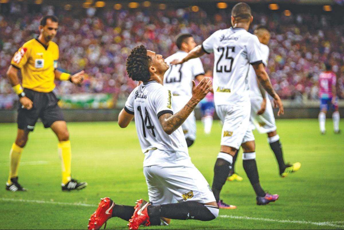 Nogueira, ajoelhado, vibra com o gol marcado; 2 a 2 no Ceará - Stephan Eilert/AGIF/Folhapress
