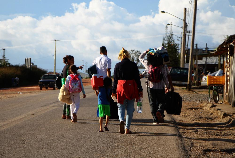 Venezuelanos deixam a cidade de Pacaraima e seguem para a capital Boa Vista - Edmar Barros/Futura Press/Folhapress