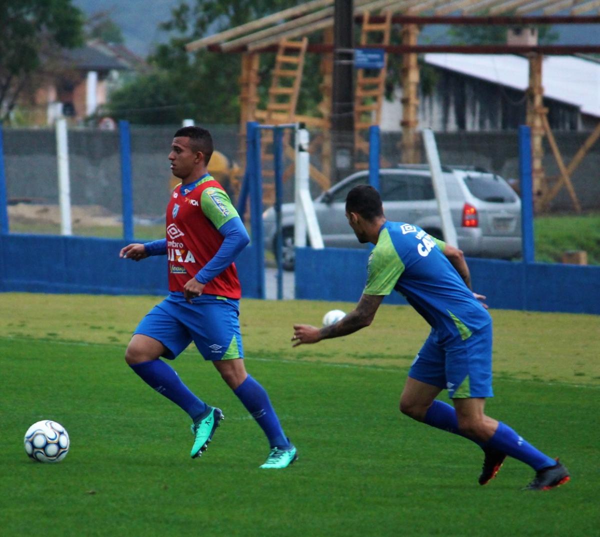 Romulo, com a bola, está confirmado para o jogo desta terça-feira - André Ribeiro Palma/Avaí FC/divulgação
