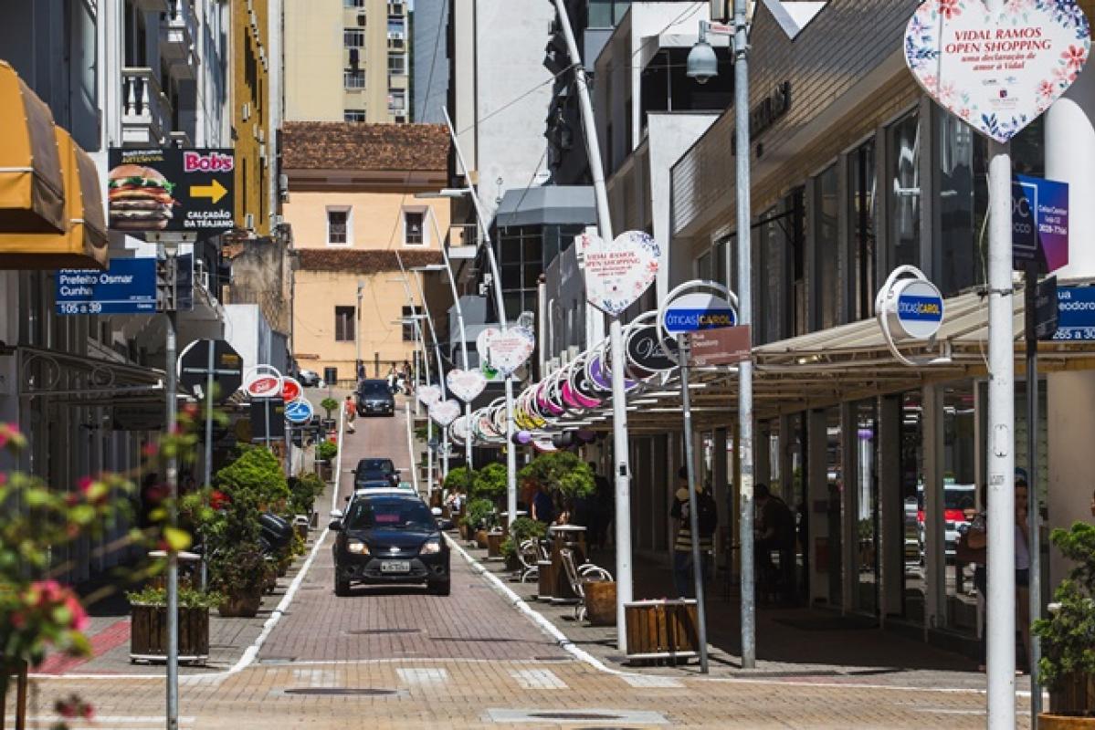 Na Rua Vidal Ramos, no Centro da Capital, é um exemplo de boa solução: o sistema de vigilância foi feita em parceria com os próprios lojistas, para melhorar a segurança, um dos itens avaliados no ranking - Daniel Queiroz/Arquivo/ND