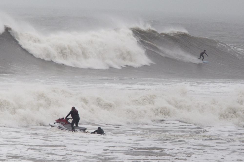 Neste domingo, as ondas no litoral catarinense passaram dos 3 metros de altura - Flávio Tin/ND