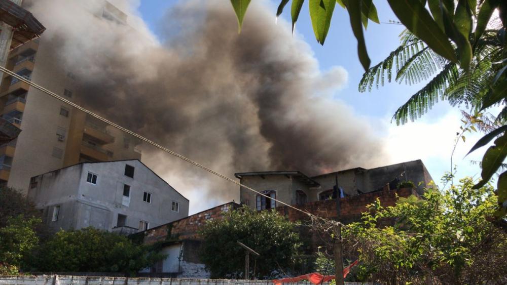 Fogo tomou as quatro casas no terreno, em Barreiros, São José - Elaine Coelho/ND