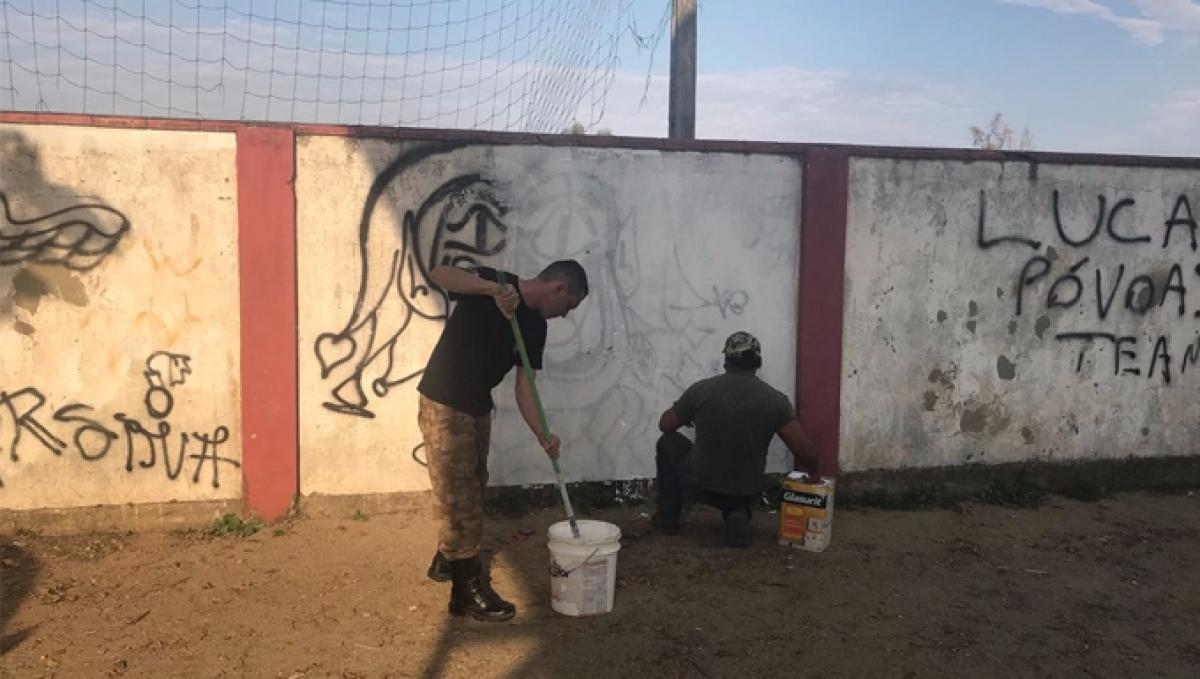 Policiais militares pintaram muro de escola na tarde de sexta-feira - PM/Divulgação/ND