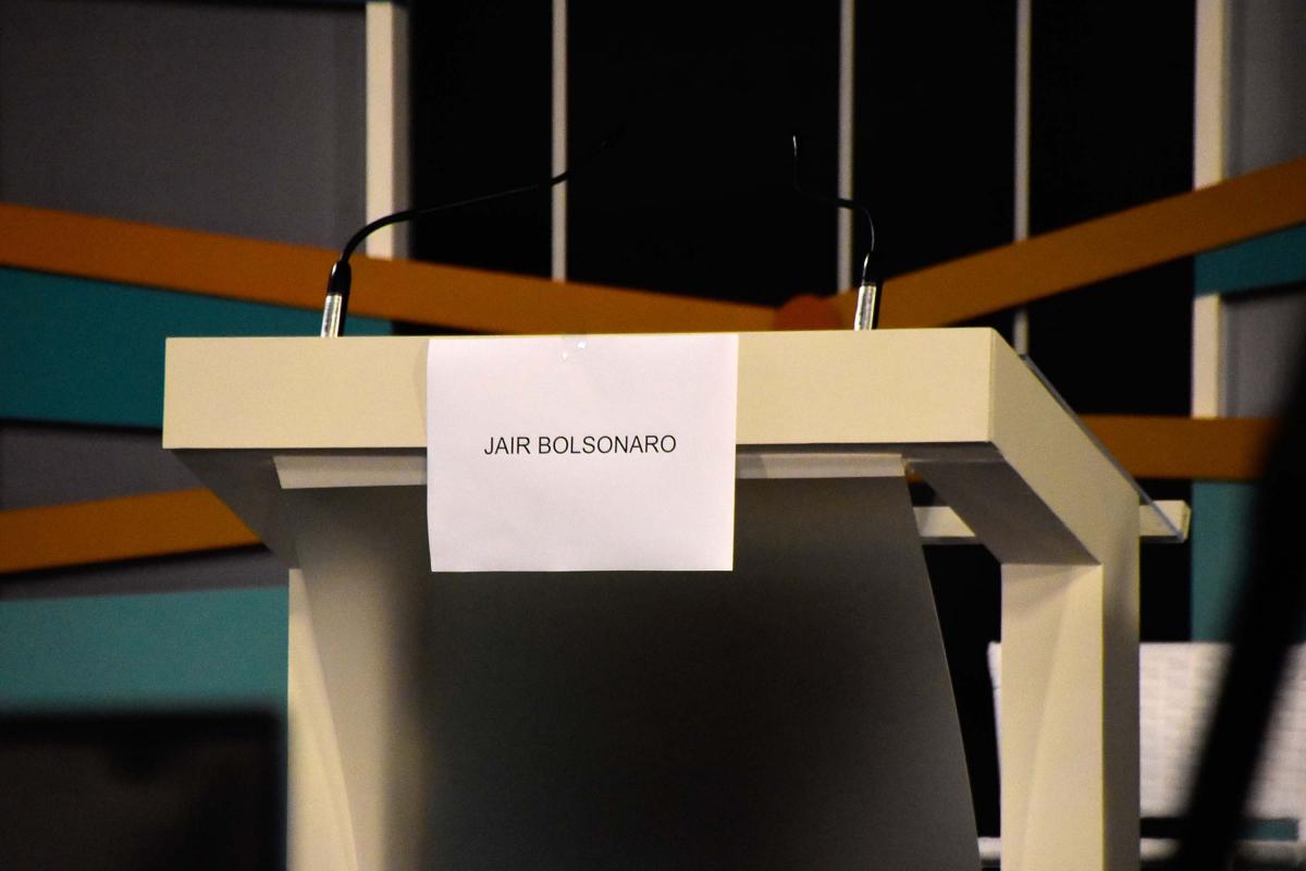 Púlpito do candidato Jair Bolsonaro é retirado antes do início do debate - Ronaldo Silva/Futura Press/Folhapress