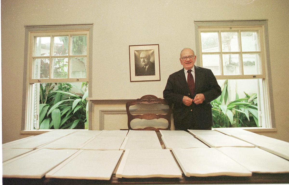 Helio Jaguaribe com os 20 tomos do trabalho que escreveu para a Unesco, intitulado