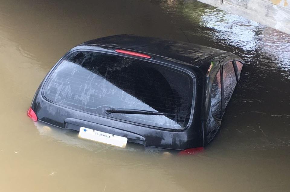 Veículo foi encontrado submerso em rio na Grande Florianópolis - Polícia Militar/Divulgação/ND