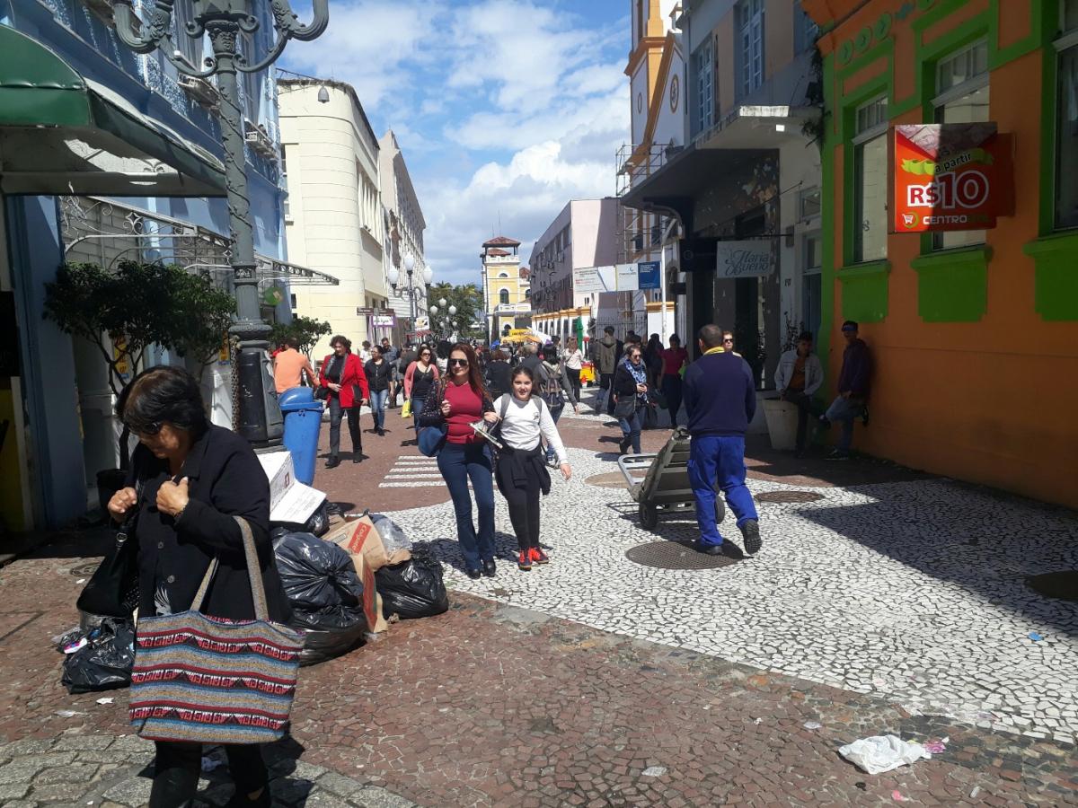 Na Rua Deodoro, transtorno para os pedestres - Carlos Damião