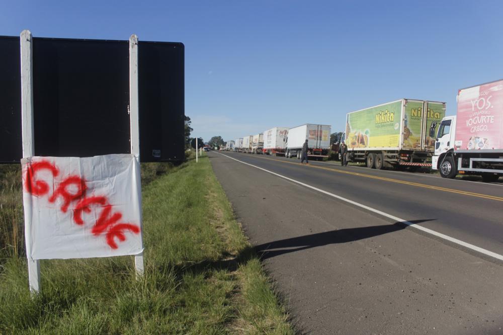"""Grupos de trocas de mensagem entre caminhoneiros mudaram as fotos na noite desta quinta para uma em que diz """"a greve continua"""" - Marcelo Pinto/APlateia"""