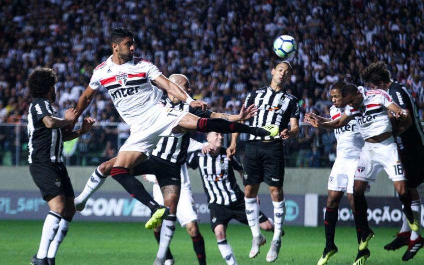 No detalhe, jogadores do São Paulo competem por espaço no meio dos defensores do Atlético-MG (Rodney Costa/Eleven)