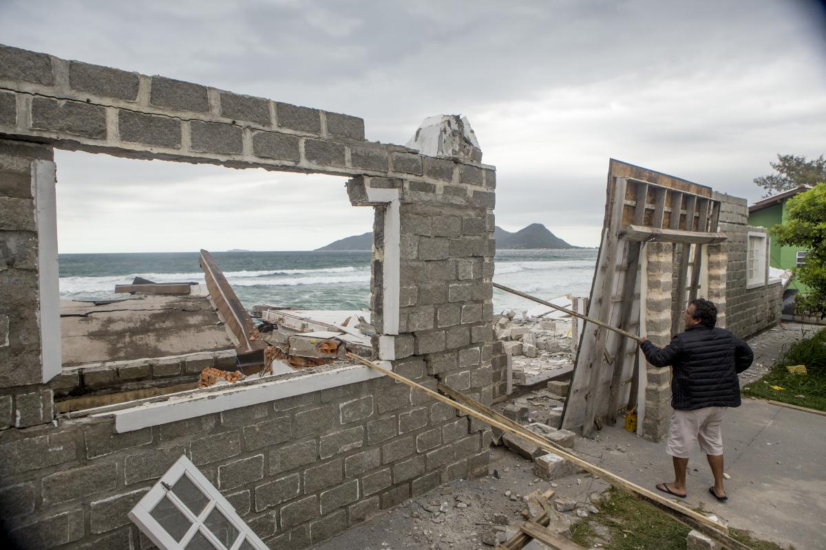 Residência desaba no Sul da Ilha, em Florianópolis, após forte ressaca - Flávio Tin/ND