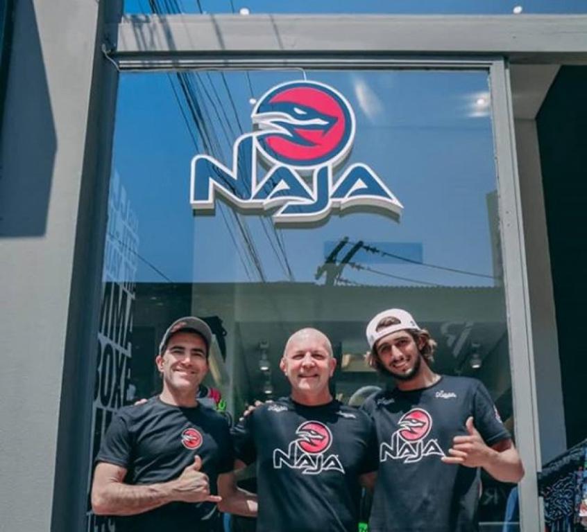 O CEO Eduardo Grimaldi e os surfistas Carlos Burle e Lucas Chumbo sacramentaram a parrceria (Foto: Divulgação)